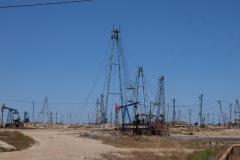 Ölfelder am Strand von Baku