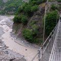 Mutprobe Hängebrücke bei Lahic