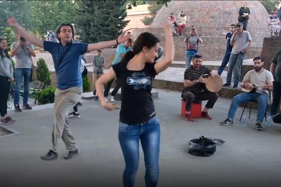 Tanz in den Straßen von Tiflis