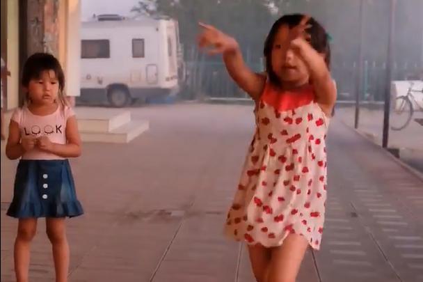 Tanzendes Mädchen in Usbekistan